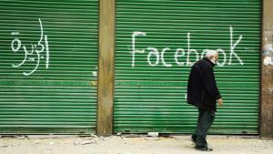 Facebook-Graffito an heruntergezogenen Läden; Foto: Imago