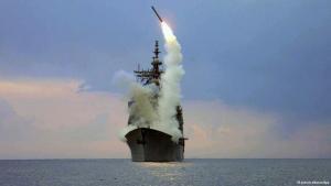 Ein US-Zerstörer feuert 2003 Marschflugkörper Richtung Irak; Foto: © picture-alliance/dpa