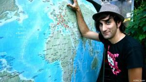 Davide Martello vor einer Weltkarte; Foto: DW/Julian Tompkin
