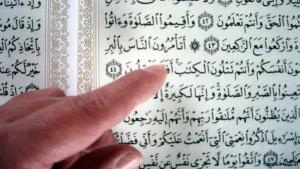 Den Koran in der Hand; Foto:DW