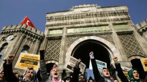 Demonstration von Kopftuch tragenden Studentinnen vor der Universität Istanbul; Foto: AP
