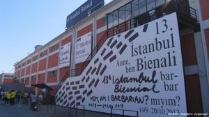 Öffentlicher Raum als politisches Forum: Das Motto der 13. Biennale Istanbul stand schon lange vor den Protesten im Gezi-Park fest. Als die jedoch ausbrachen, hat sich ein Großteil der Istanbuler Kunstszene den Protestierenden angeschlossen. Die Ereignisse haben das Konzept der Biennale überholt. Kunst findet zwar im öffentlichen Raum statt - aber dennoch hinter Mauern.