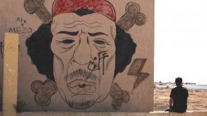 Libyer neben einem Gaddafi-Graffiti in Bengasi, Libyen; Foto: AP