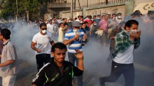 Anhänger des entmachteten Präsidenten Mursi fliehen vor dem Tränengaseinsatz der Sicherheitskräfte; Foto: Reuters