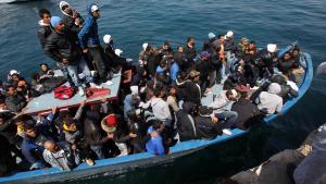 Aufgebrachtes Flüchtlingsboot vor Lampedusa; Foto: dpa/picture-alliance