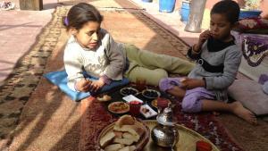 Straßenkinder im Restaurant Sésame Garden in Marrakesch; Foto: Astrid Kaminski