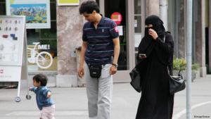 Frau mit Gesichtsschleier (Niqab) und Familie; Foto: imago