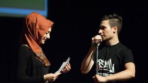 Mitbegründer des interreligiösen Poetry Slam Youssef Adlah mit muslimischer Dichterin Öznur; Foto: Arne List/DW