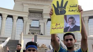 Anhänger Mursis vor dem High Court in Kairo; Foto: Mohamed Kamel/AFP/Getty Images
