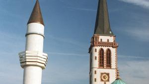Blick auf das Minarett der Yavus Sultan Selim Moschee in Mannheim und Kirchturm der Liebfrauenkirche; Foto: picture-alliance/dpa