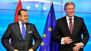Egemen Bagis, türkischer Minister für europäische Angelegenheiten (l.) und EU-Erweiterungskommissar Stefan Füle; Foto: Georges Gobet/AFP/Getty Images