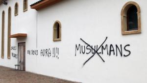 Rassistische Wandschmierereien auf der Fassade der Großen Moschee von Saint Etienne bei Lyon; Foto: picture-alliance/abaca