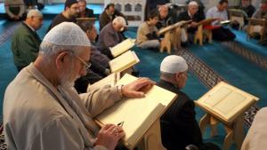 Muslime lesen den Koran in der Berliner Sehitlik-Moschee; Foto: picture-alliance/dpa