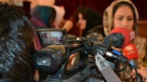Frau mit Kopftuch während eines TV-Interviews vor laufender Kamera; Foto: DW