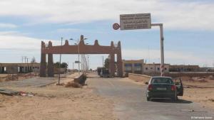 Auto passiert Grenzübergang zwischen Libyen und Algerien; Foto: Valerie Stocker
