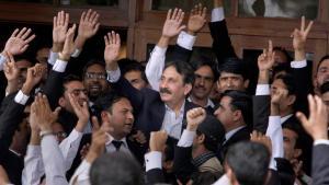 Der ehemalige Oberste Richter in Pakistan, Iftikhar Mohammed Chaudhry, wird nach seiner Wiedereinsetzung von Anwälten in Islamabad begrüßt; Foto: AP/Anjum Naveed