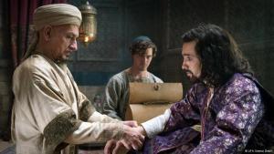 Filmszene aus Der Medicus: Der Schah (Olivier Martinez, r.) wird von Ibn Sina (Ben Kingsley) persönlich behandelt; Foto: UFA Cinema GmbH