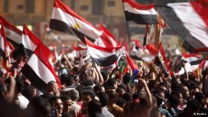 Hunderte Tote, Massendemonstrationen im ganzen Land, immer neue Gewaltausbrüche: Seit Ägyptens Präsident Mursi Anfang Juli abgesetzt worden ist, stehen sich seine Gegner und Anhänger unversöhnlich gegenüber. Trotz internationaler Kritik setzt die Militärregierung auf Härte gegen die Muslimbrüder, die die Wiedereinsetzung Mursis verlangen. Eine Chronologie der Ereignisse des Jahres 2013.