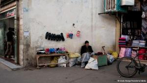 Täglicher Kampf ums Überleben: Ein Straßenhändler verkauft seine Waren in Maschhad, der zweitgrößten Stadt Irans. Viele der fliegenden Händler müssen sich sehr anstrengen, um über die Runde zu kommen.