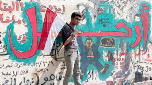 Junger Ägypter vor Anti-Mursi-Graffiti in Kairo; Foto: picture-alliance/dpa