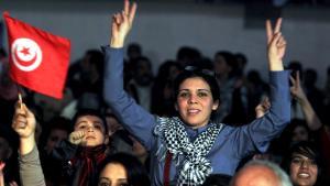 Tunesierin zeigt das Victory-Zeichen während einer Gedenkveranstaltung für den ermordeten Oppositionspolitiker Chokri Belaid in Tunis; Foto: EPA/MOHAMED MESSARA