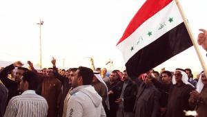 Protestierende Sunniten mit Fahne der Baath-Partei in Falludscha; Foto: Birgit Svensson
