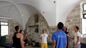 Junge Artisten der Palestinian Circus School jonglieren; Foto: Palestinian Circus School