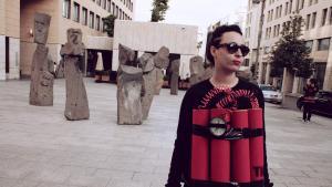 Künstlerin Rima Najdi mit Sprengstoff-Attrappe in Beirut; 12. Januar 2014; Foto: Maria Kassab