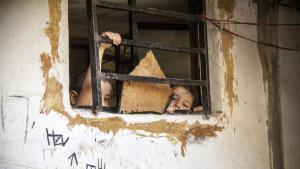 Die Staatenlosen: Palästinenser im Libanon haben kein Anrecht die Staatsangehörigkeit ihres Gastlandes zu erwerben – anders als in Jordanien und früher auch in Syrien. Sie gelten de facto als staatenlos. Die meisten von ihnen leben isoliert von der libanesischen Gesellschaft in den zwölf großen palästinensischen Flüchtlingslagern im Libanon.