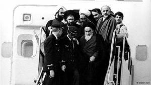 """1. Februar 1979: Ayatollah Ruhollah Khomeini kehrt aus dem Pariser Exil nach Teheran zurück. Am Flughafen wird er unter frenetischem Jubel empfangen. Jahrelang hatte er den Schah und seine politische Elite kritisiert: für ihre Unterdrückung Andersdenkender, für ihre in Khomeinis Augen zu starke """"Verwestlichung"""" Irans, vor allem aber für ihren ausschweifenden Lebensstil in luxuriöser Dekadenz."""