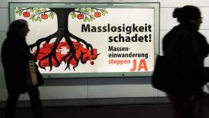Kampagne gegen Einwanderung in die Schweiz in der Innenstadt von Winterthur; Foto: picture-alliance/dpa