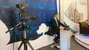 Nachrichtensprecher präsentiert neue TV-Sendung der DITIB in Duisburg; Foto: DW/U.Hummel