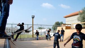 Skater-Rampe und palästinensische Jugendliche mit ihren Skateboards; Foto: Laura Overmeyer
