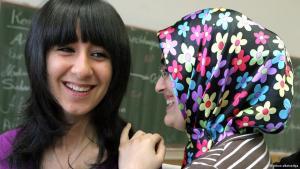 Türkische Schülerinnen in einer Schulklasse; Foto: dpa/picture-alliance