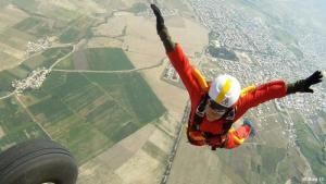 """Enge Grenzen: Knapp ein Dutzend Stuntfrauen gibt es im Iran. Mahsa Ahmadi ist die erste von ihnen, die 2012 einen Fallschirmsprung aus 2000 Meter Höhe gewagt hat. Die Höhe schien ihr jedoch nicht viel Sorge bereitet zu haben. """"Das größte Problem war, als Frau von den Verantwortlichen die Erlaubnis zum Sprung zu bekommen"""", erinnert sie sich."""