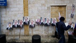 Aufgestellte Bilder Wladimir Putins und Baschar al-Assads vor der russischen Botschaft in Damaskus während einer Kundgebung für das syrische Regime; Foto: Muzaffar Salman/AP/dapd
