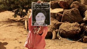 Ein Mädchen hält ein Poster von Amina al-Filali, Opfer einer Vergewaltigung in Marokko; Foto: Naji Tbel