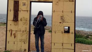 Tor Lampedusa: Die italienische Insel Lampedusa ist der Ort, an dem Flüchtlinge landen, die nach Europa gelangen wollen. Der Senegalese Mamadou Ba lebt seit 1997 in Portugal und hat Lampedusa besucht. Er ist Menschenrechtsaktivist der Nichtregierungsorganisation SOS Racismo. Seine Fotos zeigen Erinnerungen an die vielen Flüchtlingsschicksale, die sich im Meer und auf Lampedusa abgespielt haben.