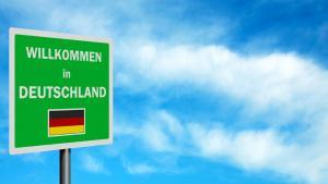 """Schild mit der Aufschrift """"Willkommen in Deutschland""""; Foto: Becky Stares/Fotolia.com"""