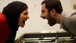 """Baran Kosari und Navid Mohammadzadeh in einer Filmszene aus """"Asabani Nistam!"""""""