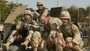 Amerikanische Truppen bergen eine verletzte US-Soldatin nach einem Raketenangriff während des Irakkonflikts im Mai 2004; Foto: Michael Kamber