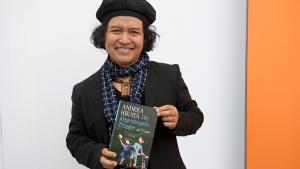 """Der indonesische Schriftsteller Andrea Hirata präsentiert sein Buch """"Die Regenbogen-Truppe""""; Foto: picture-alliance/dpa"""