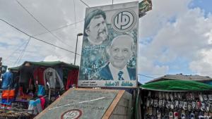 Politische Poster und Graffiti auf dem Marktplatz; Foto: Ben Knight
