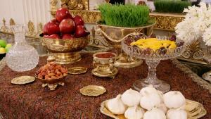 """Persische Neujahrstafel bestehend aus sieben Lebensmitteln und Gegenständen mit dem Anfangsbuchstaben """"S""""; Foto: Imago/UPI Photo"""
