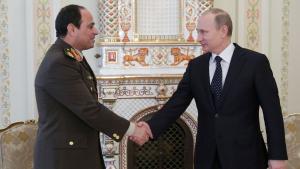 Russlands Präsiden Putin schüttelt Ägyptens General Al-Sissi die Hand; Foto: Reuters