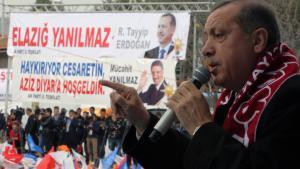 Der türkische Ministerpräsident Erdogan spricht auf eriner AKP-Wahlveranstaltung in Elazig zu seinen Anhängern; Foto: picture-alliance/AP