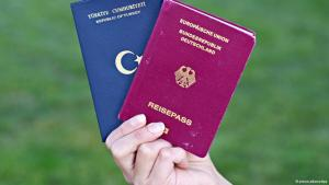 Deutscher und türkischer Reisepass; Foto: dpa/picture-alliance