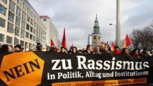 """""""Nein zu Rassismus in Politik, Alltag und Institutionen"""" - Demonstration in Hamburg; Foto: dpa"""