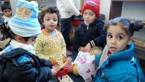 Spielende Kinder im Trauma-Kindergarten von Manshia; Foto: Laura Overmeyer