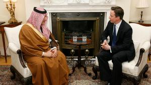 Großbritanniens Premier David Cameron (rechts) gemeinsam mit dem saudischen Außenminister Prince Saud Al Faisal bei Gesprächen in London; Foto: picture-alliance/dpa